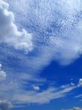 Chmury w niebieskiego nieba tle Obrazy Stock