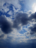 Chmury w niebieskiego nieba tle Obrazy Royalty Free