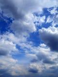 Chmury w niebieskiego nieba tle Fotografia Stock