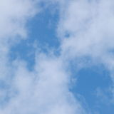 Chmury w niebieskim niebie Obrazy Royalty Free
