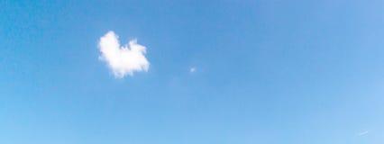 Chmury w niebieskim niebie Fotografia Stock