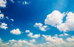Chmury w niebieskim niebie Obraz Stock