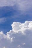 Chmury w niebieskim niebie przed deszczem Fotografia Royalty Free