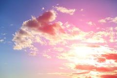 Chmury w niebieskim niebie z słońce promieniami obraz stock
