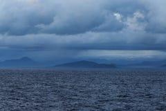 Chmury wśród góry blisko linii brzegowej Obrazy Royalty Free