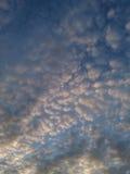 Chmury w wieczór niebie Zdjęcie Royalty Free