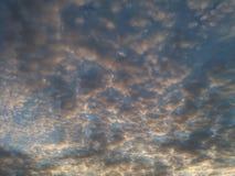 Chmury w wieczór niebie Zdjęcie Stock