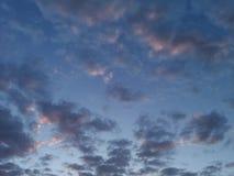 Chmury w wieczór niebie Obrazy Royalty Free