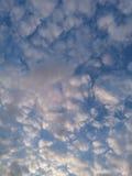 Chmury w wieczór niebie Zdjęcia Stock