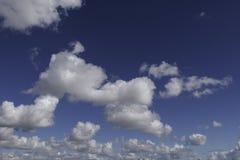 Chmury, Widoczna masa zgęszczony wodny opary unosi się w atmosferze Zdjęcie Royalty Free