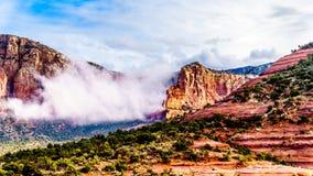 Chmury wiesza wokoło Zawietrznej góry między wioską Oak Creek i Sedona w północnym Arizona zdjęcie stock