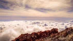 Chmury wokoło szczytu góra Teide, Tenerife obrazy stock