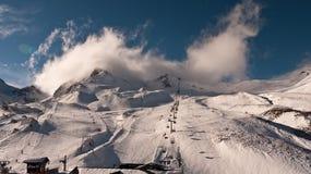 Chmury wyłania się na narciarskim skłonie Fotografia Stock