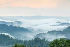 Chmury z górą i drzewem Obrazy Royalty Free