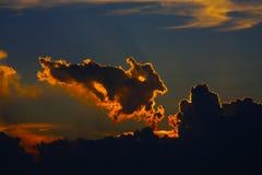 Chmury z imaginacyjnymi wizerunkami obraz stock