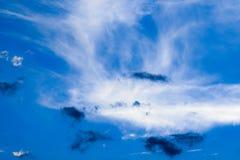 Chmury z niebieskiego nieba tłem zdjęcia royalty free