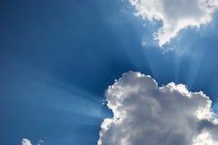 Chmury z niebieskim niebem i jaskrawymi pogodnymi promieniami Obraz Royalty Free