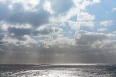 Chmury z słońce promieniami na oceanie Obraz Stock