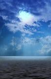 Chmury z słońcem promienieją podpisywanie na morzu Obrazy Stock