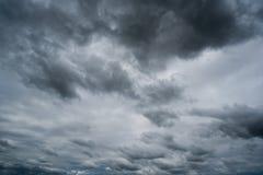 Chmury z tłem, światło słoneczne przez zmroku bardzo chmurnieją tło ciemna burzy chmura Obrazy Royalty Free