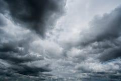Chmury z tłem, światło słoneczne przez zmroku bardzo chmurnieją tło ciemna burzy chmura Zdjęcia Stock