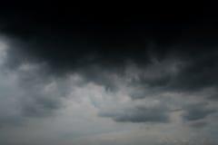 Chmury z tłem, światło słoneczne przez zmroku bardzo chmurnieją tło ciemna burzy chmura Zdjęcie Royalty Free