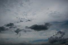 Chmury z tłem, światło słoneczne przez zmroku bardzo chmurnieją tło ciemna burzy chmura Fotografia Royalty Free