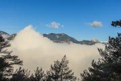 Chmury zakrywają góry trochę obok trochę Zdjęcie Royalty Free