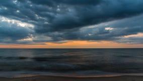 Chmury zakrywają morze w wieczór fotografia royalty free