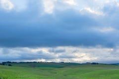 Chmury zbiera nad zielonymi paśnikami Fotografia Stock
