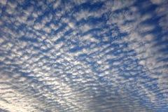 Chmurzący światła dziennego niebo fotografia stock