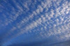 Chmurzący światła dziennego niebo obrazy stock