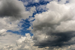 Chmurzący klimatu warunek z cumulus chmurami fotografia stock