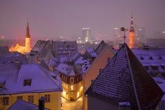 Chmurzący Marcowy zmierzch w starym mieście Tallinn estonia Obraz Stock