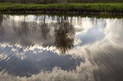 Chmurzący niebo odbijający w jeziornej jesieni Obraz Stock