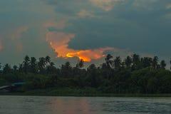 Chmurzący niebo podczas zmierzchu wzdłuż Tha podbródka riverMaenam Tha podbródka, Nakhon Pathom, Tajlandia zdjęcia stock