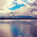 Chmurzący zima dzień przy jeziorem fotografia stock