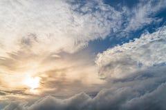 Chmurzący i chmurny niebo fotografia stock