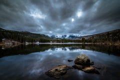 Chmurzący jezioro Zdjęcia Stock