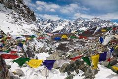 Cho与祷告旗子的La通行证。喜马拉雅山。尼泊尔 免版税库存图片