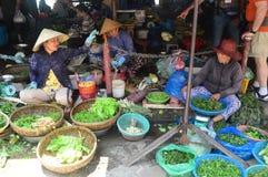 Cho Hoi - miejscowego rynek - zamykamy up damy sprzedaje warzywa Wietnam, Hoi - zdjęcia stock