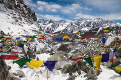 Cho La Pass med bönflaggor. Himalayas. Nepal Royaltyfri Bild