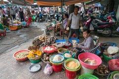 Cho Xom Chieu新鲜农产品市场卖主和他们的摊位 库存照片