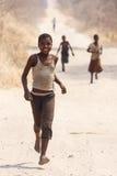 CHOBE,博茨瓦纳- 2013年10月5日:可怜的非洲孩子漫步t 免版税库存照片