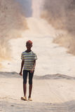 CHOBE,博茨瓦纳- 2013年10月5日:可怜的非洲孩子漫步thro 免版税库存照片
