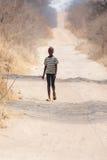 CHOBE, BOTSWANA - 5 DE OUTUBRO DE 2013: A criança africana pobre vagueia thro Fotografia de Stock Royalty Free