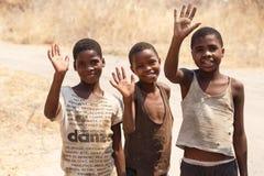 CHOBE, BOTSWANA - 5. OKTOBER 2013: Arme afrikanische Kinder wandern t Lizenzfreie Stockfotos
