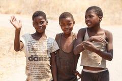CHOBE, BOTSWANA - 5. OKTOBER 2013: Arme afrikanische Kinder wandern t Lizenzfreies Stockfoto