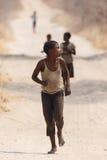 CHOBE BOTSWANA - OKTOBER 5 2013: Fattiga afrikanska barn irrar t Royaltyfri Bild