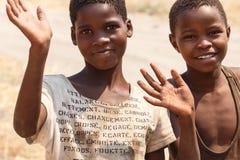 CHOBE BOTSWANA - OKTOBER 5 2013: Fattiga afrikanska barn irrar t Fotografering för Bildbyråer